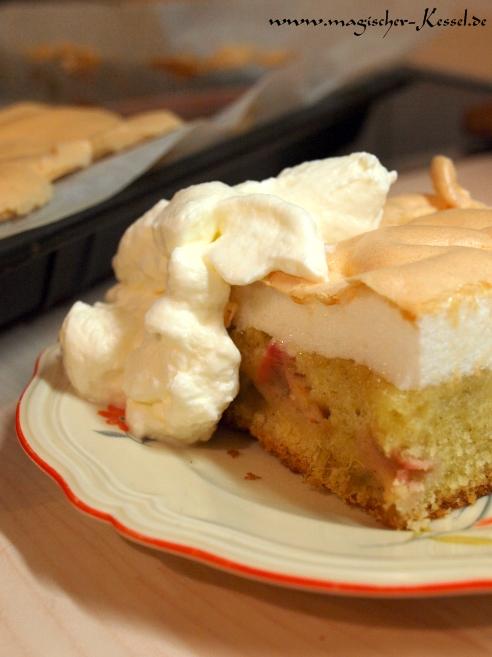 Frisch gebackener Rhabarberkuchen mit Baiserhaube