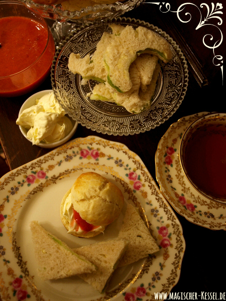Afternoon Tea mit Scones, Clotted Cream & Cucumber Sandwiches - Essen für Anglophile