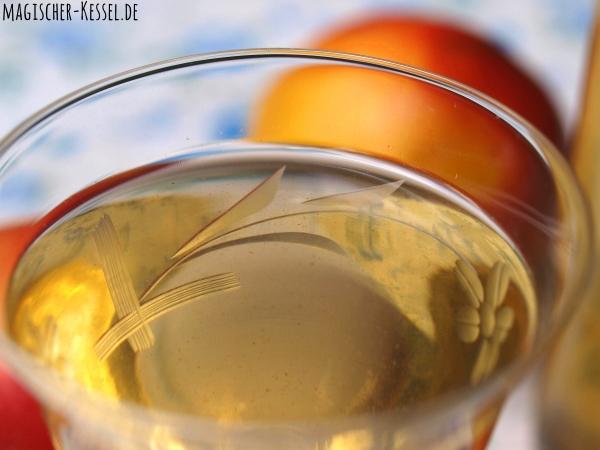 Selbstgemachter Likör mit Äpfeln