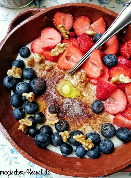 healthy breakfastbowl: Haferbrei mit Erdbeeren, Blaubeeren, Butter und Aromazucker