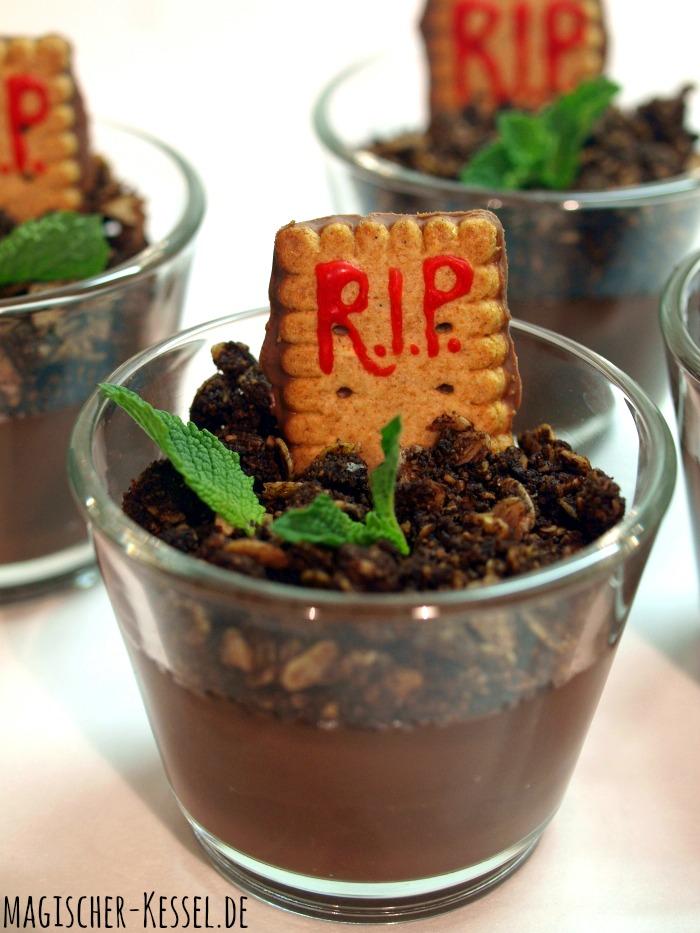 Halloween-Süßigkeit: Essbarer Friedhof / Graveyardpudding aus Schokoladenpudding, Granola und Butterkeksen