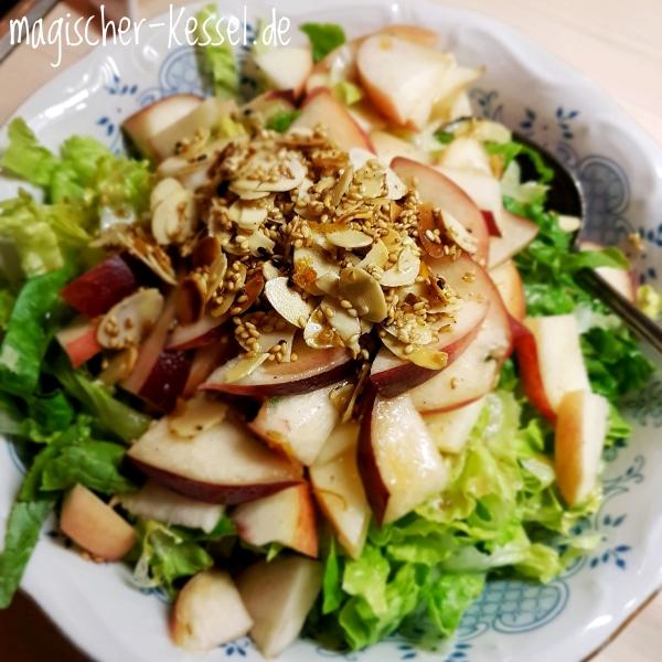 Saladbowl with peach & roasted almonds