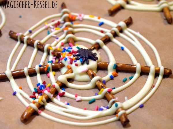 Essbare Spinnweben aus Salzstangen und Schokolade / Halloween-Rezept