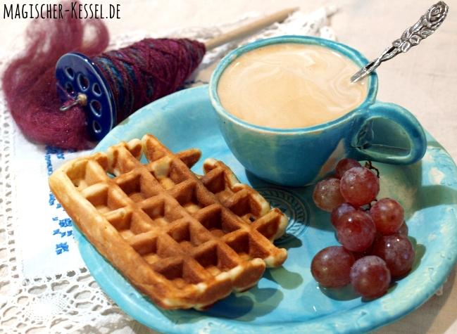 Handgetöpferters Geschirr, Handspindel, Kaffee & Waffeln