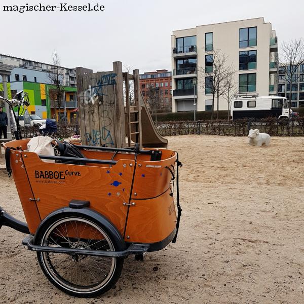 Das Lastenrad von Babboe ist auch auf dem Berliner Spielplatz mit dabei