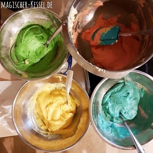 Papageienkuchen: Schüsseln mit bunt eingefärbtem Teig