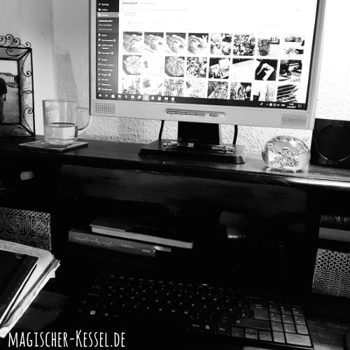 Arbeitsplatz im Homeoffice / Schreibtisch mit PC