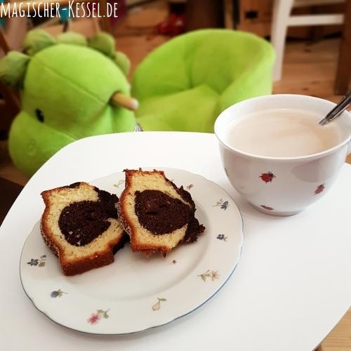 Kaffeepause mit großem Milchkaffee und selbstgebackenem Marmorkuchen