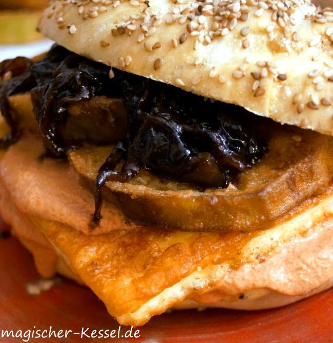 Orientalischer veggie Burger mit Halloumi, frittierten Auberginen und karamellisierten Zwiebeln mit Granatapfelsirup