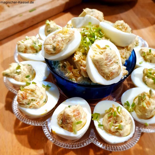 Teller mit daraufstehender Schale, gefüllt mit mit Lachscreme gefüllten halben Eiern