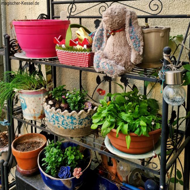 Gartenregal mit Pflanzen, Plüschhase und Osternest