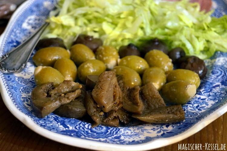 italienische Antipasti - Oliven, Zwiebeln, eingelegte Auberginen