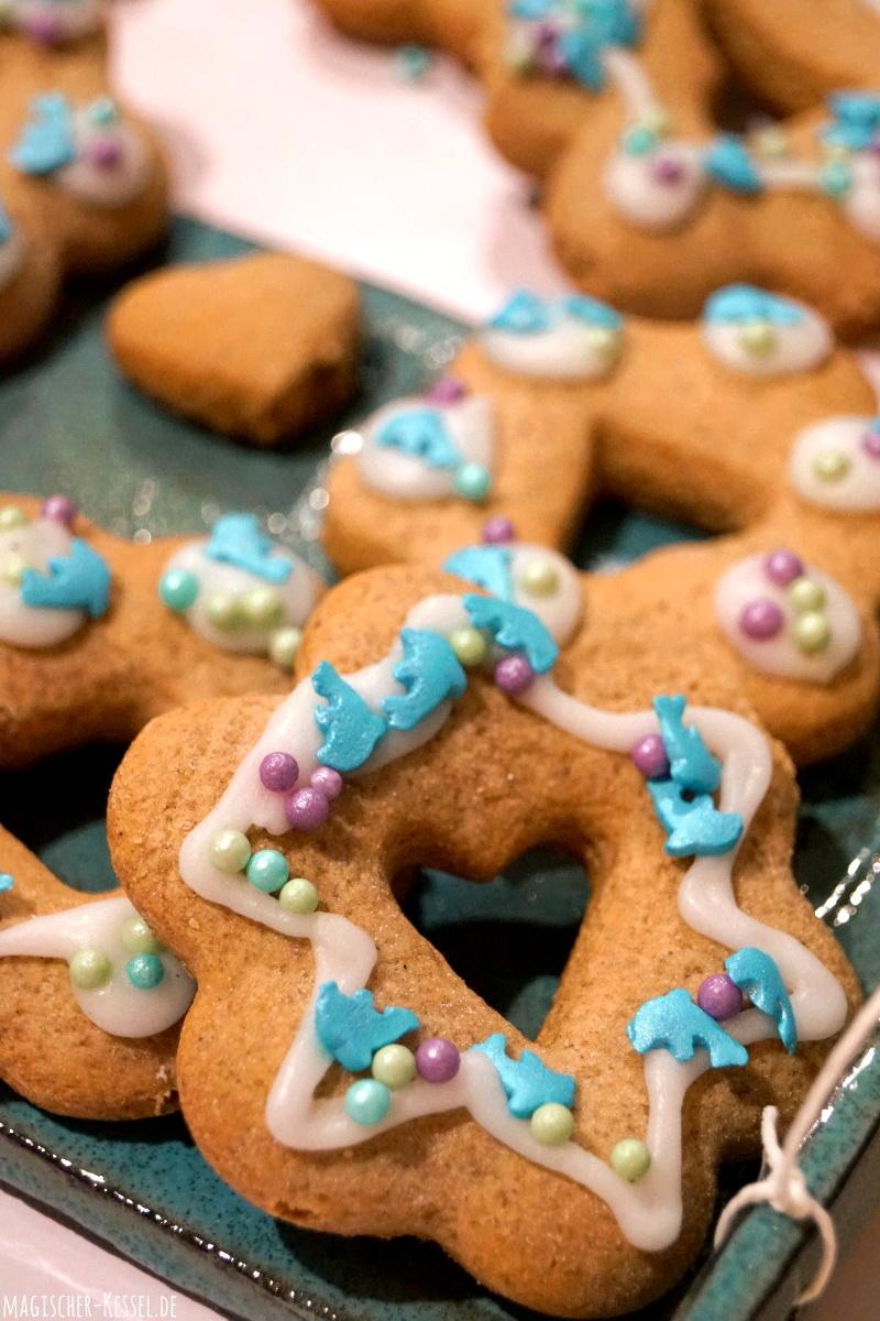 Honiglebkuchen, dekoriert mit Zuckerguss und Zuckerperlen
